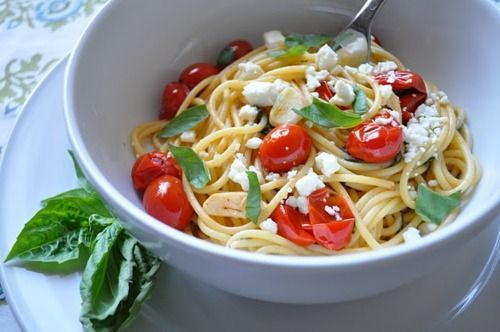 Italian Spaghetti Recipes – Buon appetito! Great spaghetti recipes from Italy  With tomato, pesto or classic with bolognese sauce: When Italian Spaghetti Recipe come to the table, the eyes shine big and small. The long thin noodles harmonize with almost all sauces and should best al dente are served.