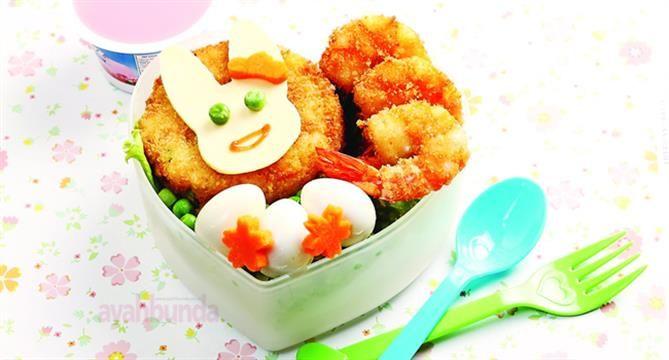 Ingin menambah semangat makan anak? Berikan rice cakes and meatball untuk menu bekal sekolahnya. Selain bergizi, anak pun menyukainya.