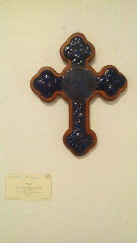 Cruz de vidrio burbuja, elaboración artesanal, montada sobre madera de pino, se puede hacer en combinación de colores.