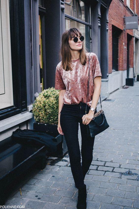 Blusa de veludo, calça preta, bolsa tiracolo