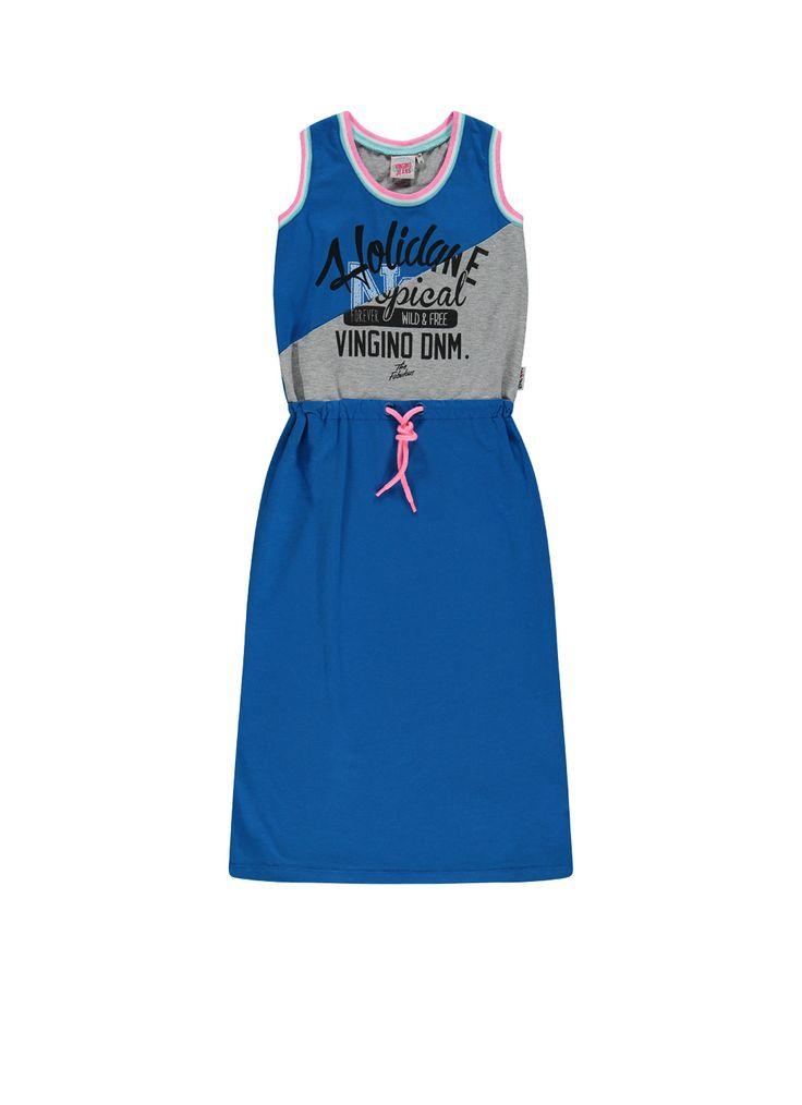 Jurk Paolina van Vingino in een comfortabele katoenkwaliteit met stretch. Dit mouwloze model heeft een ronde hals en is uitgevoerd met een elastische tailleband met contrasterend trekkoord. Op borsthoogte is een tekstopdruk geplaatst. De jurk is afgewerkt met sportieve streepaccenten.