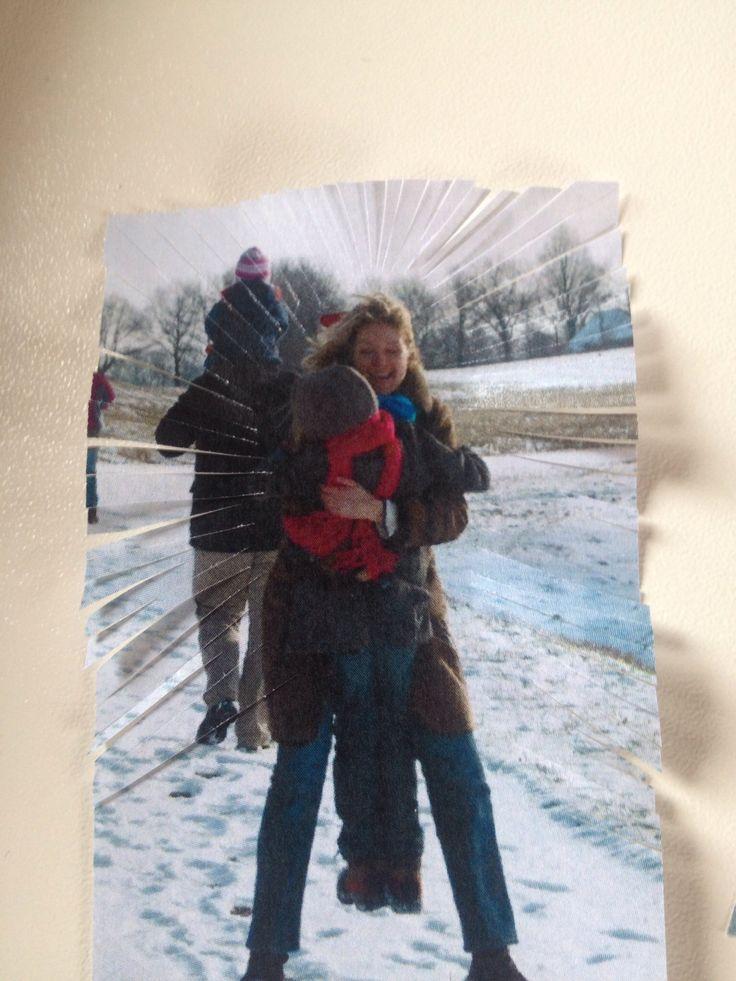 Ik heb bij deze foto allemaal kleine knipjes met mijn schaar gemaakt steeds een stukje uit elkaar die naar moeder en mij wijzen (de andere foto die op deze lijkt heb ik ook zo bewerkt)