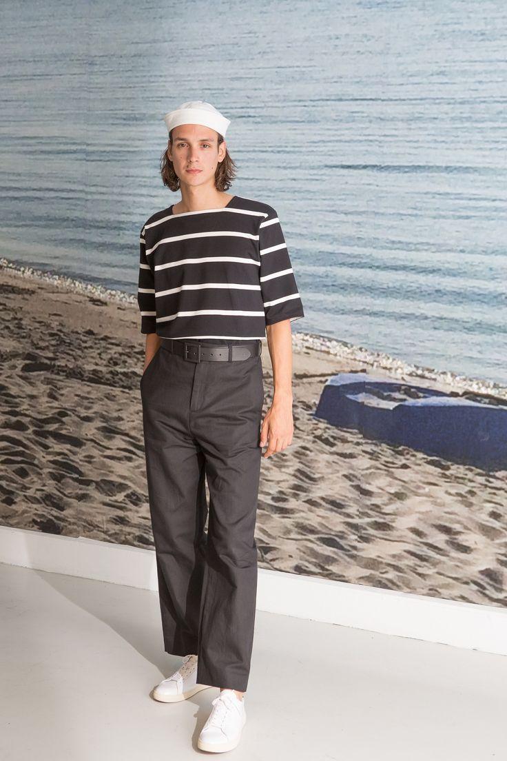 veste de travail en milano de coton noir tee-shirt marin en coton rayé noir et blanc large pantalon en lin et coton noir baskets clae/agnès b.