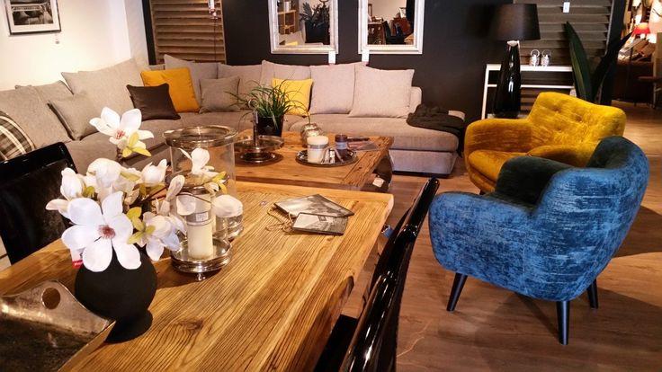 Komplet mebli wypoczynkowych składający się z rozłożystego tapicerowanego narożnika z poduszkami oraz tapicerowanych foteli. Fotele dostawione do narożnika mogą być częścią kompletu bądź tworzyć oddzielną aranżację wraz ze stolikiem kawowym.