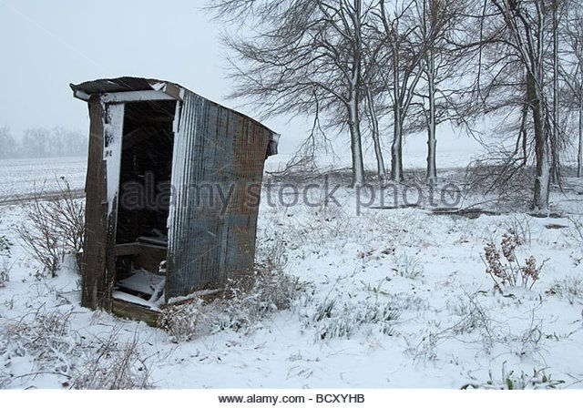dilapidated-outhouse-in-a-snowstorm-in-walnut-ridge-arkansas-bcxyhb.jpg (640×448)