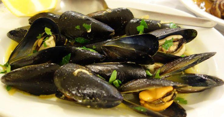Όλα τα ταβερνάκια σερβίρουν αυτόν το πεντανόστιμο θαλασσινό μεζέ.  Φτιάχτε τα μύδια στο Κυριακάτικο τραπέζι σας και πιείτε ένα ουζάκι και για μας.