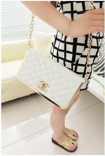 20380 Rice White Tinggi : 13cm Lebar : 25cm Tebal : 7cm Cara Buka : Resleting+Lock Tali Panjang : Ada Bahan : PU 600 gram 140.000 #fashion #bag #tas