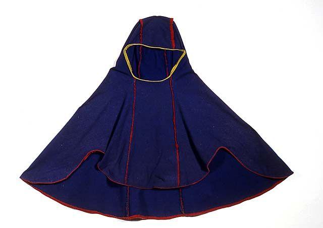 A Sami man's LUHKA or LUKKA is a hood cape - Traditionally it's made from a very thick woollen cloth, but also leather. Saamelaisen miehen luhka, tummansinistä verkaa, käytössä haalistunut.Tehty neljästä verkakappaleesta.Pitkittäissaumoissa punaiset verkatereet.Helma päärmätty kapealla punaisella veralla, pääntie kapealla keltaisella veralla.Helma leikattu istuvuuden vuoksi kaarevasti.Suurin leveys n.110 cm,korkeus 98cm. - Suomen Kansallismuseo