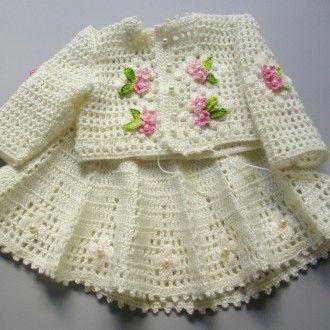 Conjunto de saia e blusa para bebê em crochê