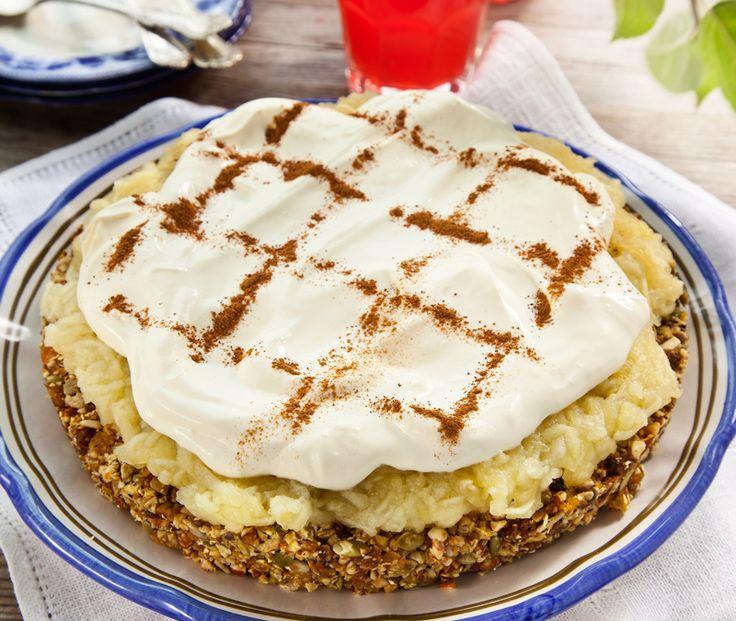 En lite nyttigare variant av äppelkaka med nötter, mandel, pumpakärnor och torkad frukt. Och så friska, söta äpplen förstås!