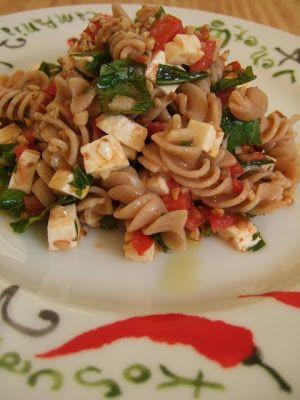 PECADO DA GULA: Salada de macarrão integral, queijo e rúcula