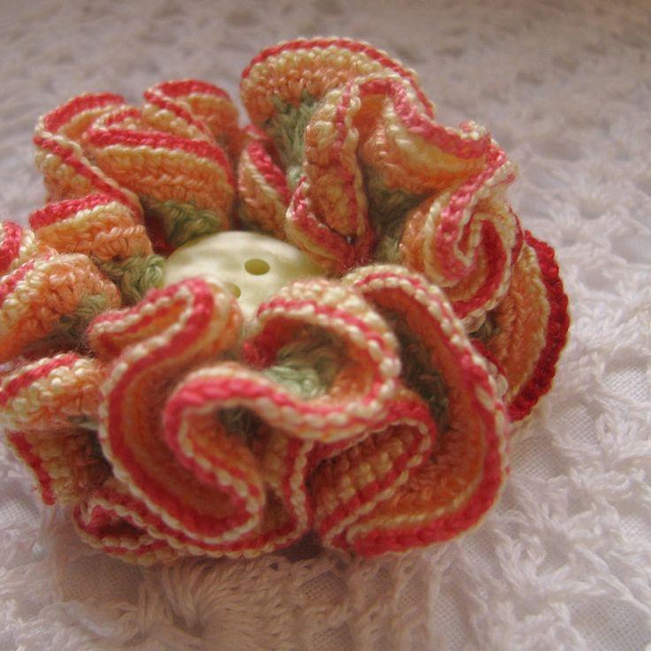 Chantal - háčkovaný 3D květ Květ je uháčkován ze slabých bavlněných přzí čtyř barev. Průměr cca 5,2 cm.