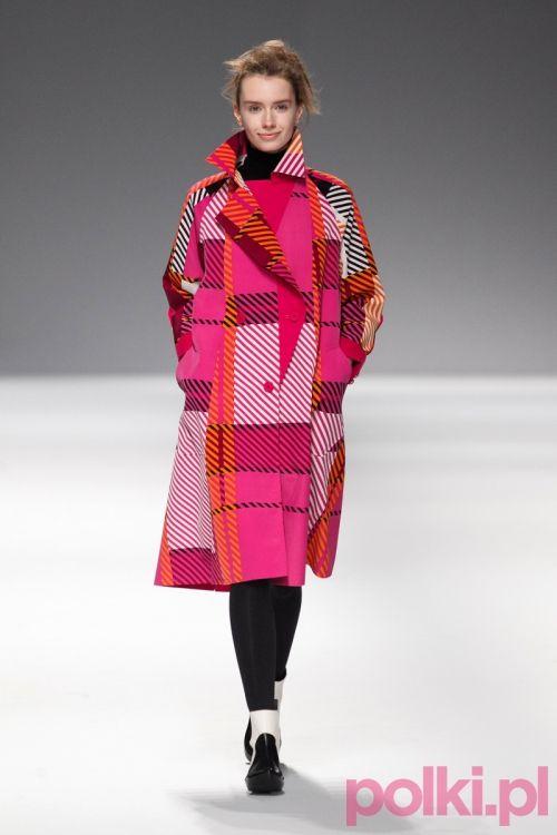 Pokaz Issey Miyake jesień 2013 - kolorowy płaszcz hit!