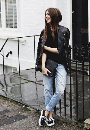 ボーイッシュコーディネートによく似合うvansのスニーカーはもちろんボーイフレンドデニムとも相性バッチリ。ライトブルーのデニムの裾はロールアップして足首を見せてすっきりと。  vans黒スニーカーと合わせて、トップスインナーは同じく黒Tシャツ、アウターはH&Mのライダースジャケットをセレクト。
