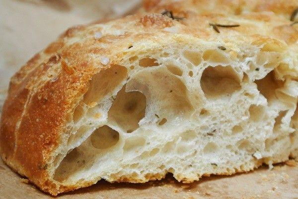 Gastblogger Jana trakteert ons op de echte focaccia alla genovese, met twee heerlijke adressen in Genua én het recept om thuis focaccia te bakken.