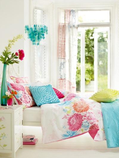 fehér háló, virágos pink türkiz ágynemű, színes dekoráció