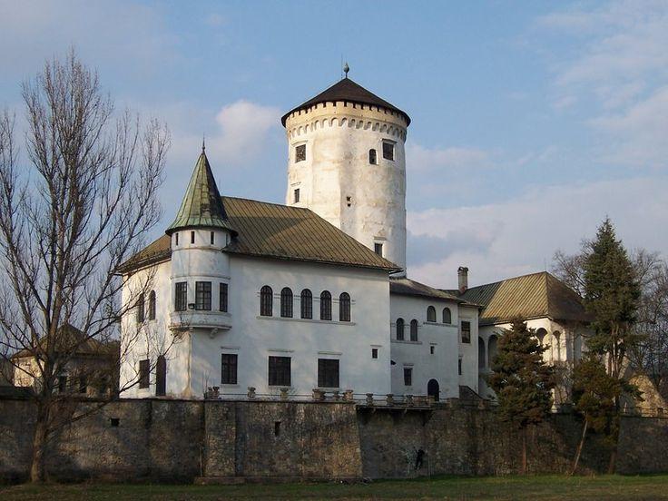 Budatínský zámek se nachází na Slovensku v žilinské městské části Budatín.Původně vznikl jako strážní hrad v druhé polovině 13. století. Postaven je na strategicky významném místě, stojí při brodu na soutoku řeky Váhu a řeky Kysuca, kde byla celnice a vybíralo se zde clo.