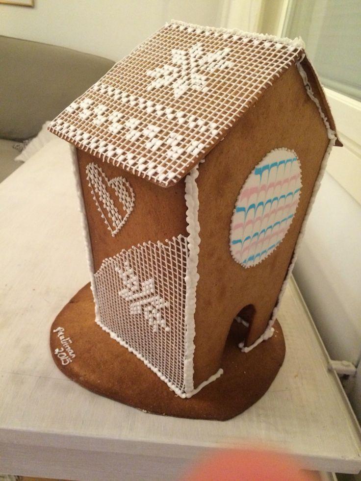 Gingerbread house with cross stitch royal icing decoration. Piparitalo ristipistokoristeluilla.