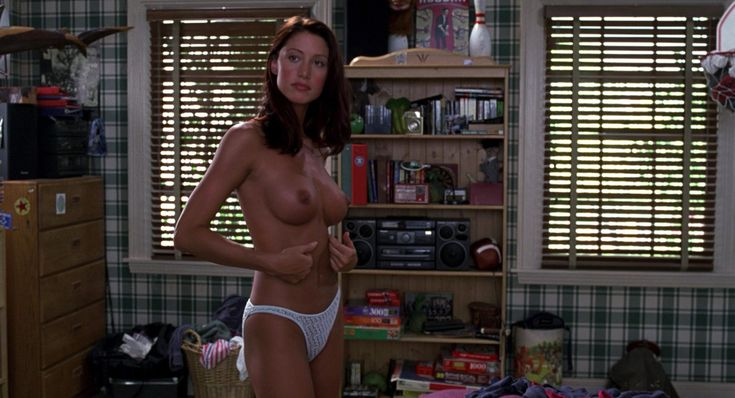 Shannon Elizabeth, Tara Reid – American Pie HD Nude  American Pie is a 1999 comedy movie which focuses on five best friends (Jim, Kevin, Oz, Finch, and Stifler) who attend East Great Falls High.