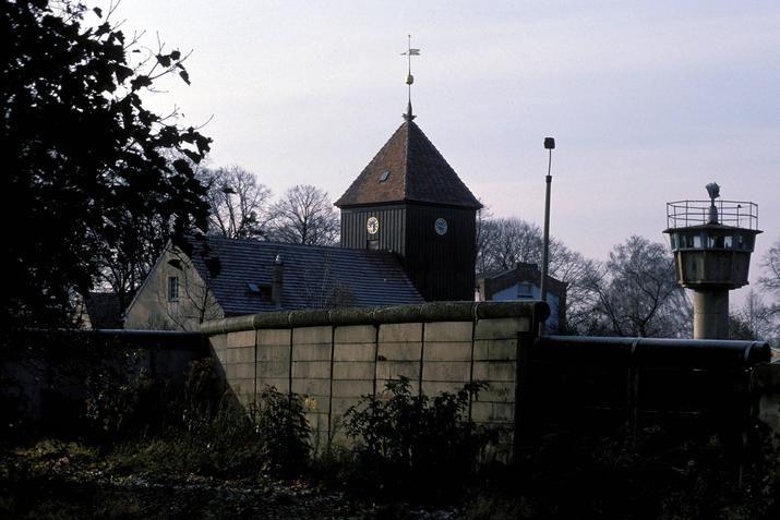 """a2075 Berlin-Staaken, 1988. Der Spandauer Ortsteil wurde durch die Mauer geteilt - die West-Berliner aus Staaken sahen ihre Dorfkirche (in West-Staaken, das """"im Osten"""" lag) nur aus der Ferne."""