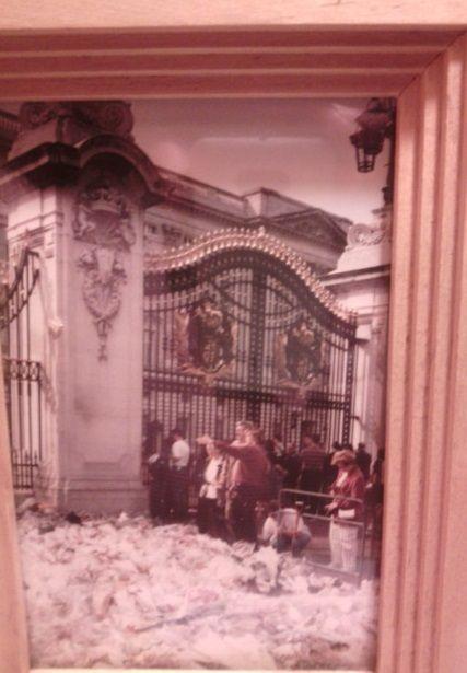RIP Lady Diana. Begin oktober 1997 waren we getuigen van de immense bloemenzee voor The Princess of hearts ...XX