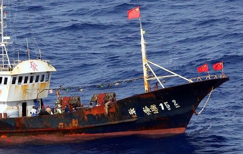 鳥島周辺で漁をする中国漁船とみられる外国船。船には中国国旗がたなびく=伊豆諸島の鳥島周辺で2014年10月31日午後1時51分、本社機「希望」から小川昌宏撮影 ▼1Nov2014毎日新聞|サンゴ密漁:中国漁船、伊豆諸島まで北上 http://mainichi.jp/shimen/news/20141101ddm001040101000c.html
