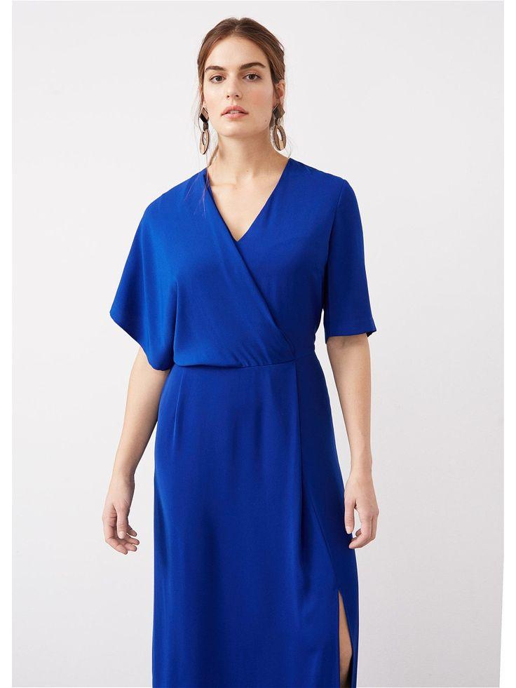 Струящаяся ткань, драпировка, v-образный вырез горловины, короткие рукава, сбоку застежка на молнию, на спине V-образный вырез, сбоку разрез. Платье с драпировкой.