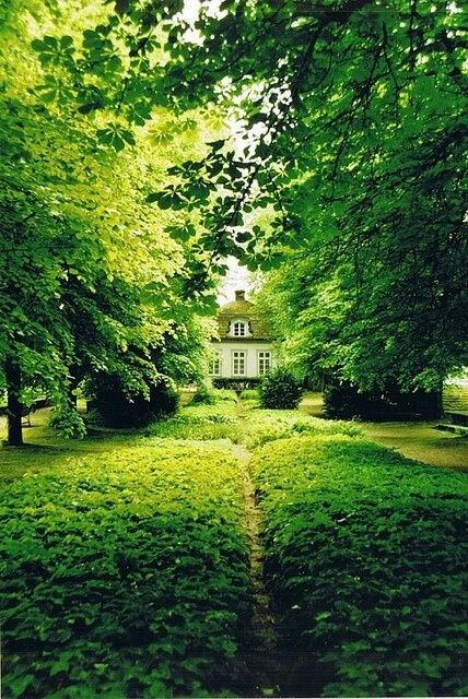 A country home with surrounded by lush green. Inspiration for green gems.: Secret Gardens, Favorite Places, Green Garden, Cottage, Dream House, Beautiful Place, Lush Green