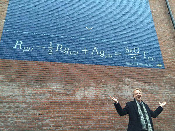 Einsteins veldvergelijking. Einstein stelde dat elk object (van een planeet tot een appel) de ruimte om zich heen vervormt. Einstein was bijzonder hoogleraar in Leiden en verbleef er geregeld enkele maanden om samen te werken met zijn Leidse collega's. Hoewel hij deze formule niet in Leiden heeft afgeleid, is de derde component -- de kosmologische constante 'Λ'-een direct gevolg van discussies met de Leidse hoogleraar Willem de Sitter.
