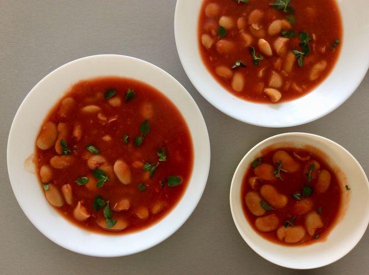Rajčatová polévka s bílými fazolemi a oregánem