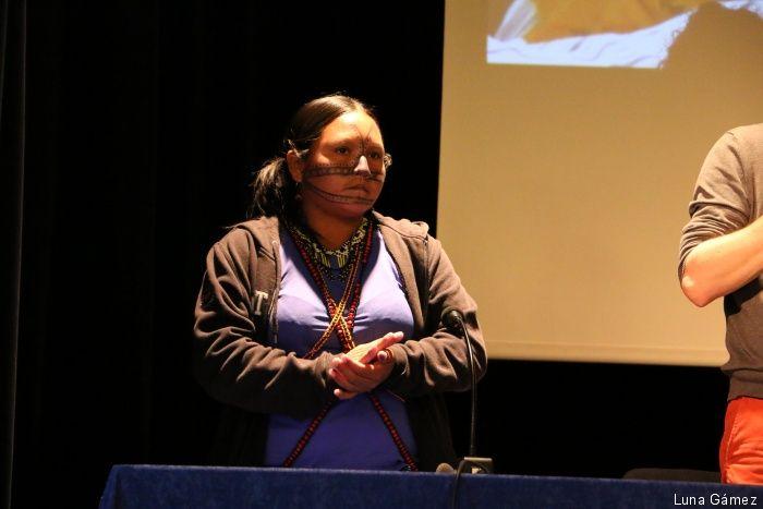 """Maira Leusa Munduruku foi chamada para fazer um depoimento. Ela falou sobre as usinas hidrelétricas previstas para o Rio Tapajós (PA). """"Estamos aqui para mostrar que somos os defensores, os guardiães de nossa terra, que o governo engana nosso povo, viola nosso direito com sete barragens previstas para o Tapajós"""", disse. """"A barragem vai acabar com nossas terras. O governo não quer mais demarcar Terras Indígenas. Viemos aqui mostrar o que estamos sofrendo""""."""