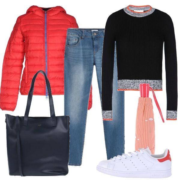 Un outfit sportivo e dinamico composto da maglione corto in tinta unita con profili in contrasto, jeans chiari, Adidas Originals e piumino color corallo. Shopping bag in pelle e ombrello pieghevole da borsa per completare il look.