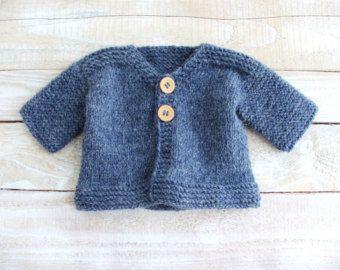 Este suéter acoplará bebés y niños pequeños de 12 a 18 meses de edad.    Mano punto del dril de algodón azul y suave verde 100% lana, este botones cuello polo suéter características del coche, así como apliques de camiones y coches en fieltro color primario brillante. Haría un regalo maravilloso y único ducha o cumpleaños!    Lavado a mano, endecha plana para secar.    Suéter mide aproximadamente 13 alta, 12 a través del pecho y 13 de escote en el manguito.