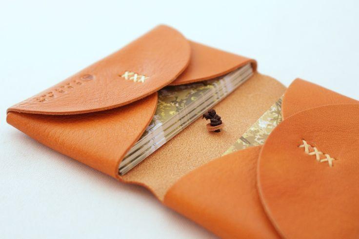 ナチュラルな質感の革の名刺入れ   革小物のDURAM FACTORY
