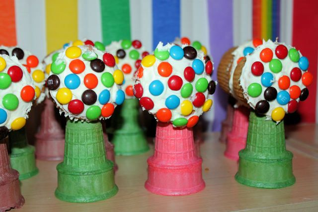 """""""Bubble Gum Machines"""" at a Rainbow Party #rainbow #partyfood"""