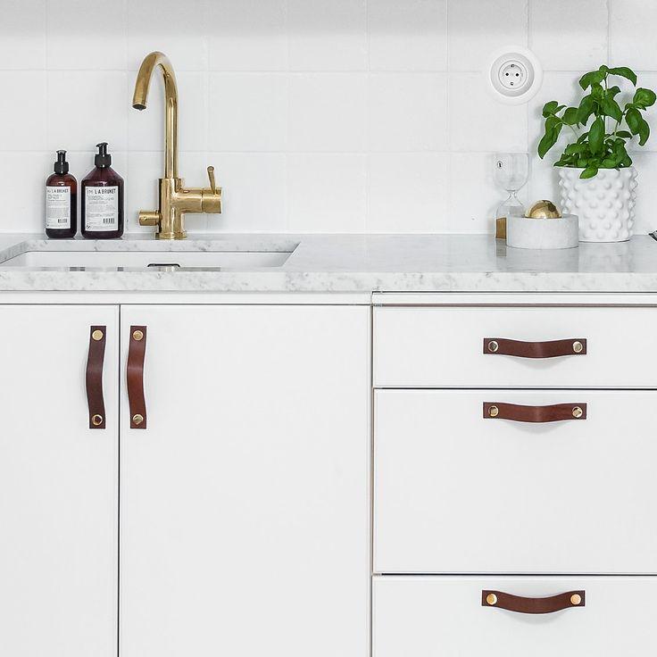Läderhandtag till kök i brunt och mässing.