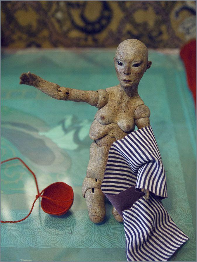 Шарнирная кукла из модифицированного папье-маше. Автор - Шабурова Ксения.  (Кукла выбрала тряпку - себе для одёжки)