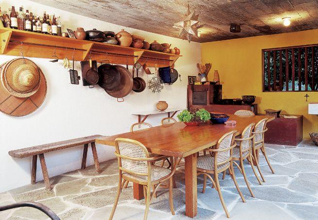 O piso rústico, os móveis e o estilo de pia e fogão deixam a cozinha com cara de fazenda. Projeto dos arquitetos Marcelo Ferraz e Francisco Fanucci