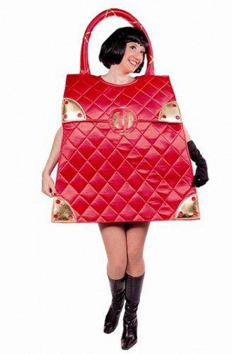 Rode handtas kostuum voor dames. Glimmend rode doorgestikte handtas kostuum met goudkleurige details en een gesp decoratie op de voorzijde. Het kostuum is one size en past tot maat L. Dit kostuum dient u over uw hoofd aan te trekken. De breedte is circa 57 cm.