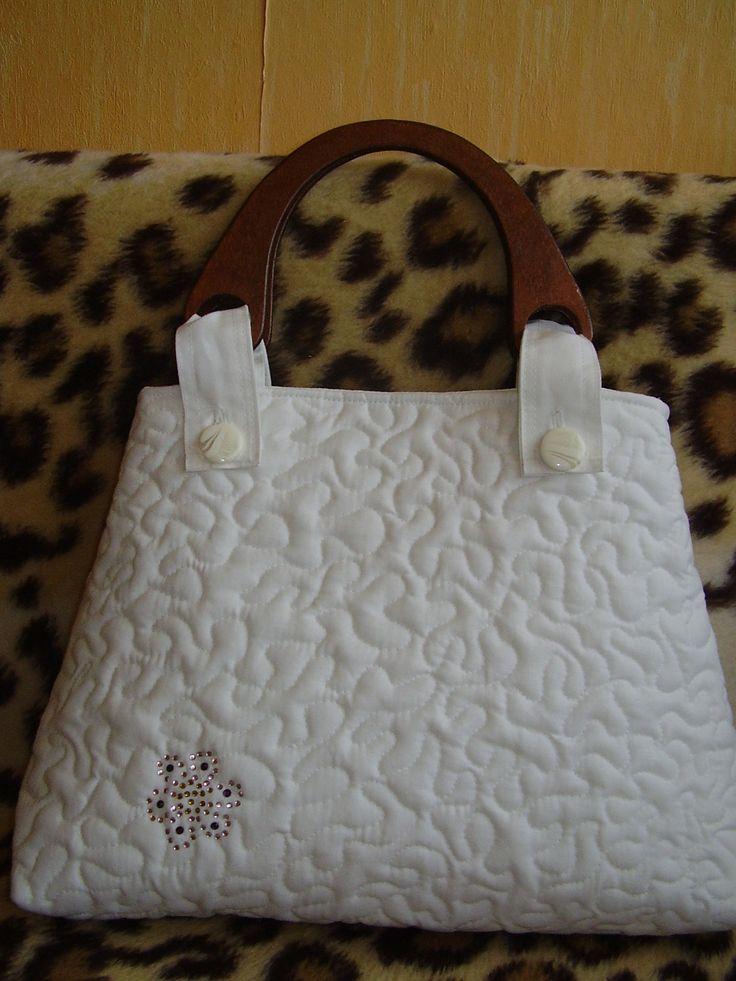 Fehér vászonból készült táska, szabad gépi tűzéssel, fa föllel, virág strasszal kirakva