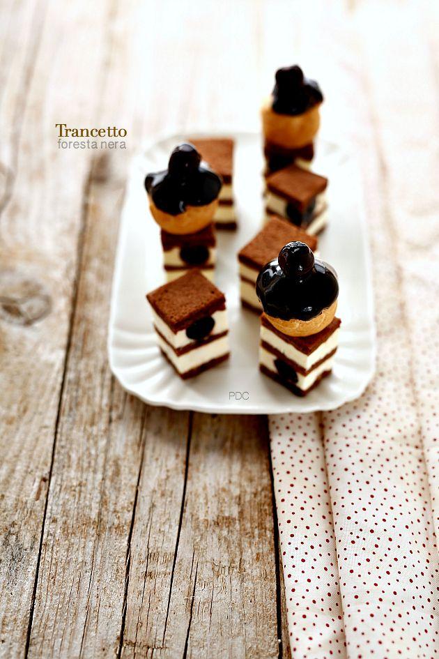 Trancetto foresta nera: biscuit al cacao, crema a base meringa all'italiana, pasta bignè, glassa lucida al cacao