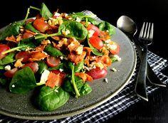 Fantastisk lækker spinatsalat med bacon, druer, ost og nødder. Perfekt som tilbehør, som selvstændig ret eller som en del af en buffet.