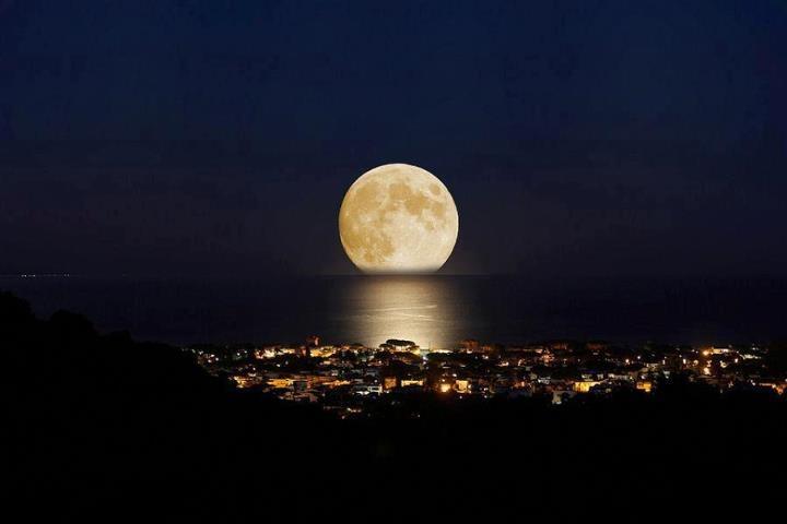 Olhem a foto dessa fotógrafa de Florianópolis Jeanne Look da lua de ontem, vista da casa dela. Aqui em casa o jardim estava todo iluminado
