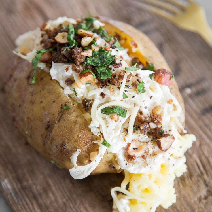 Säuerliches Weißkraut kuschelt sich mit Schmand und schmelzendem Gouda in eine heiße Ofenkartoffel. Für den Crunch sorgt nussiger Pumpernickel-Crumble.