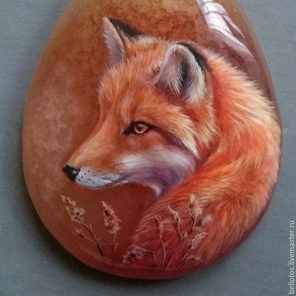 Купить или заказать Кулон 'Рыжий лис' - миниатюрная живопись на камне. в интернет-магазине на Ярмарке Мастеров. Рыжий лис написан в технике лаковой миниатюры на медовом агате. Живопись многослойная, каждый слой закреплен акриловым лаком, а финишное лаковое покрытие создаёт глянцевую защитную поверхность. Миниатюра, традиционная или современная, это тонкая, кропотливая, многоэтапная художественная работа, выполненная в мелком масштабе, используя очень тонкие мазки.