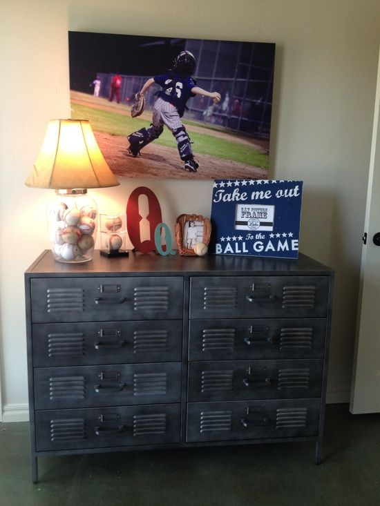 Love the baseball lamp...and the picture.  Should do something like this in Steven's room.