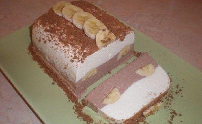Ha egy igazán könnyű, frissítő és gyümölcsös édességre vágyunk, akkor a hideg, frissítő banános túródesszert az egyik legjobb választás. Finom túrós lágy krém, rétegezve, az egyik réteg egy kis csokoládéval megbolondítva, a közepén az elengedhetetlen banánnal. Hogy a finom túrós-tejfölös krém jól tartson, összefogóanyagnak zselatint használtam. A desszert hidegen a legfinomabb, és banán helyett más gyümölcs is használható (pl. eper, szeder, áfonya).