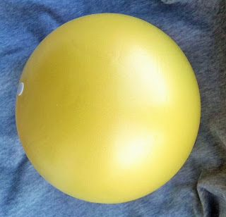 Pelota amarilla para hacer pilates en casa