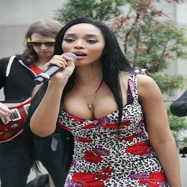 """Photos: Darnaa's """"Unplugged"""" Listening Brunch Attended by Angela Yee, Drumma Boy, Spade-O #Getmybuzzup- http://getmybuzzup.com/wp-content/uploads/2014/02/Darnaa-Singing-2.jpg- http://getmybuzzup.com/darnaas-unplugged-listening-brunch/- Darnaa's """"Unplugged"""" Listening Brunch Attended by Angela Yee, Drumma Boy, Spade-O Indie Pop rising starDarnaahosted a private brunch hosted by Power 105's Breakfast Club hostAngela Yee. The private brunch took place at Le"""