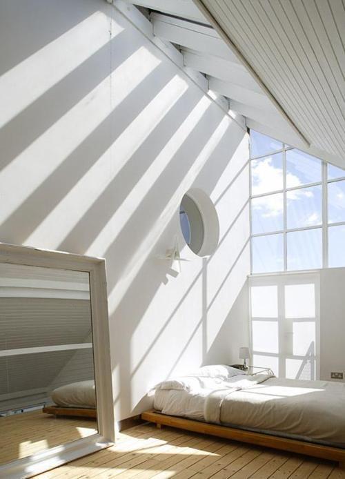 Effekten av öppenhet upp till nock med takfönster som ger släpljus på den höga väggen